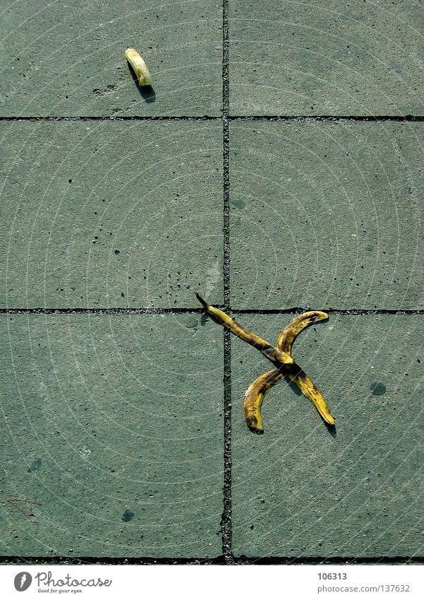 PERSPEKTIVENWECHSEL Banane laufen Flucht 4 Müll Steinplatten Ernährung braun gelb Mantel losgelöst entkommen gehen krabbeln Symbole & Metaphern