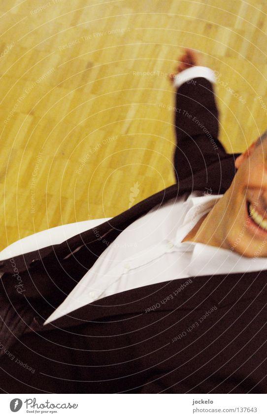SCHROTTY Freude Mann Erwachsene Mund Arme Hand Hemd Anzug Bewegung drehen lachen lustig schwarz weiß Müll Holzfußboden Stuhlgang gesichtslos dezent jomam Fun