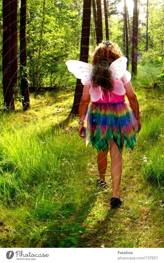 Elfi Ömmel - oder ein Papa verkleidet sich seinen kleinen Töchtern zu Liebe als Elfe und schwebt durch den Wald. Gras Kleid Kerl Baum Blatt Schuhe Waldlichtung