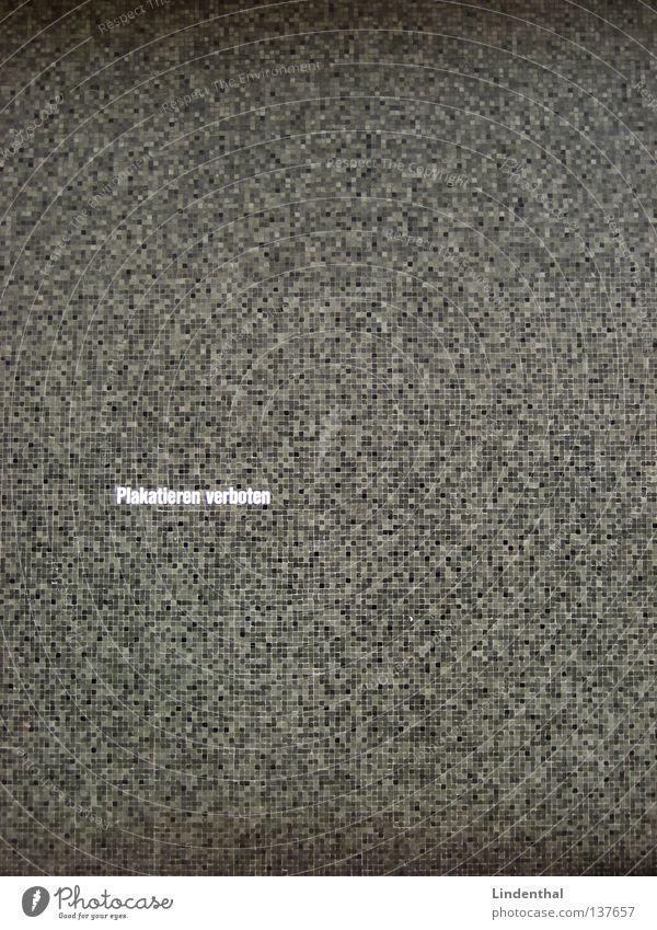 Plakatieren verboten schwarz Wand grau Schriftzeichen Buchstaben Muster Druckerzeugnisse böse Verbote Raster beschriften plakatieren