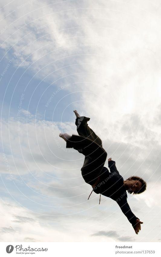freier fall Mensch Mann Wolken Freude dunkel Spielen Freiheit fliegen Vogel springen Regen Luftverkehr verrückt Symbole & Metaphern sportlich