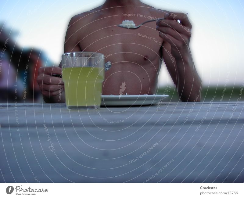 mahlzeit. Mann Ernährung Glas Muskulatur Löffel Reis Besteck Waschbrett