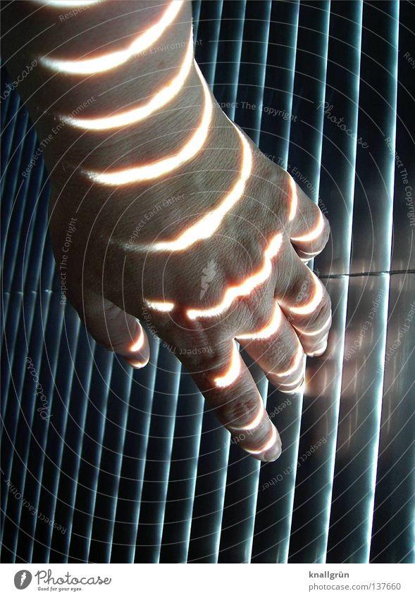Stripes Streifen dunkel Licht Lichteinfall Jalousie Beleuchtung Hand Finger berühren vertikal horizontal Frau obskur hell Schatten Lamelle