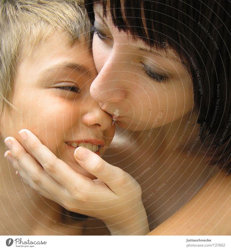 Ich hab dich lieb Kind Junge Mädchen Frau Liebe mögen Zärtlichkeiten Küssen Geschwister Kuscheln Vertrauen Zusammensein berühren Streicheln Mensch sich mögen