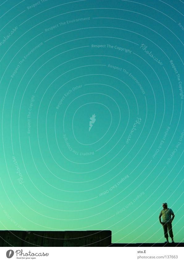 minimum pt.4 Mensch Himmel Mann blau grün Farbe Ferne Mauer Stimmung Wetter stehen Bodenbelag Klarheit verfallen Verlauf Wolkenloser Himmel