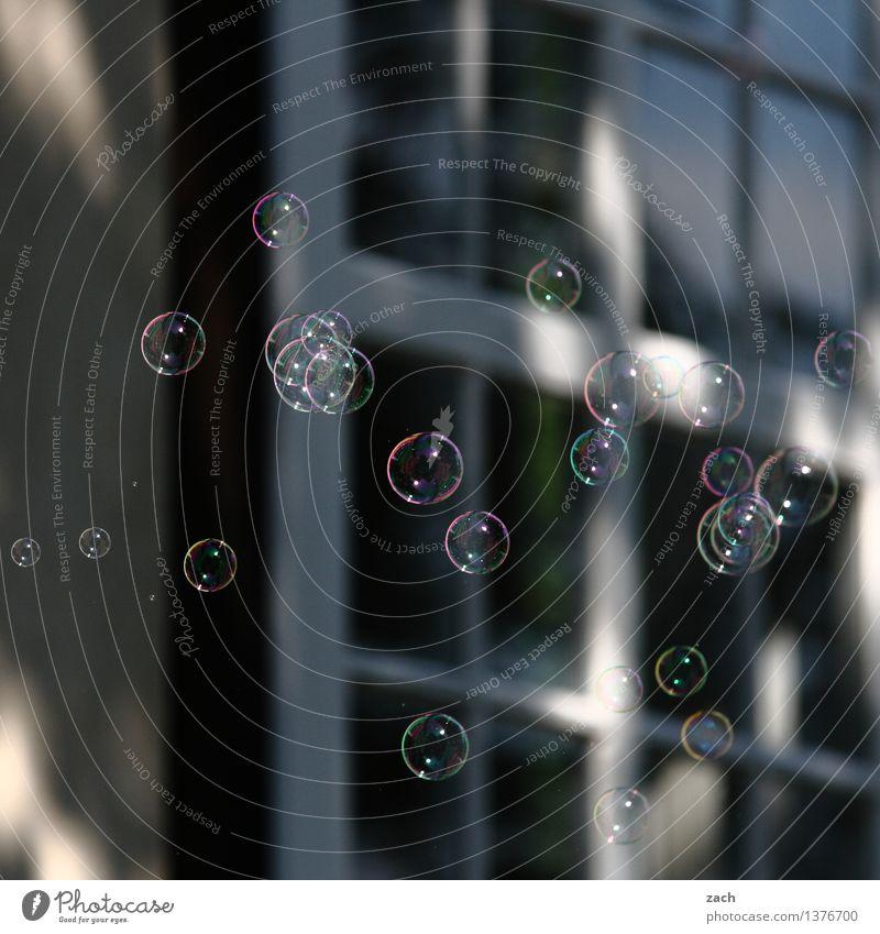 Träume | kurz vorm platzen Spielen Kinderspiel Seifenblase Feste & Feiern Fassade Fenster Kugel fliegen rund schwarz Freude Fröhlichkeit Lebensfreude Kindheit