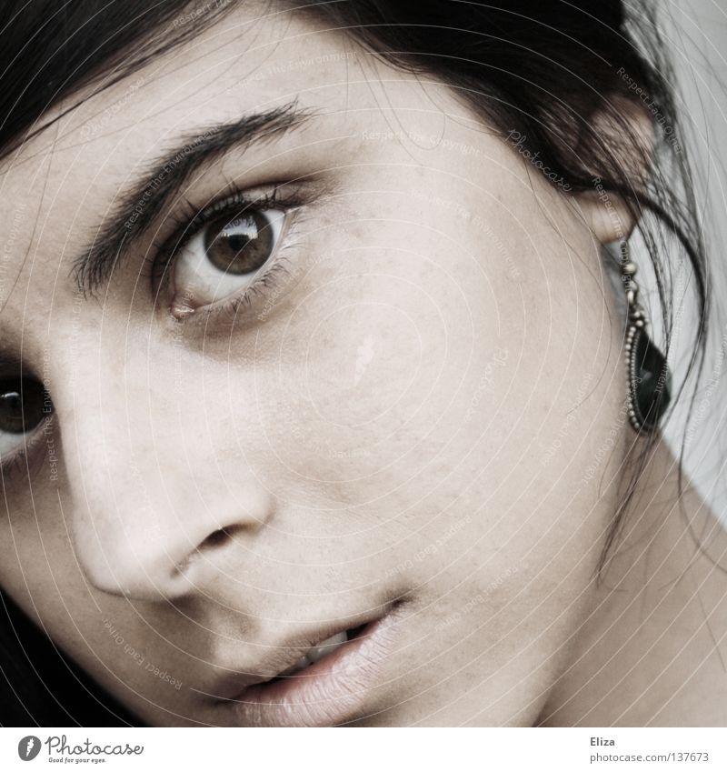 Was du siehst. faszinierend ernst Lippen zart Frau Gefühle träumen Denken Blick Neugier Auge Haut vertieft Mund fasziniert Mensch entsättigt Ohrringe