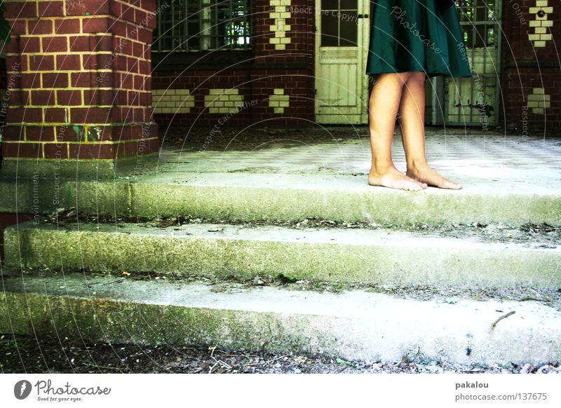 homeless Bordsteinkante Mauer Kleid Barfuß Zehen alt Ecke Haus Einsamkeit Sommer rasiert Knie Ekel Backstein Blatt verfallen Verfall kalt grün Schuhe