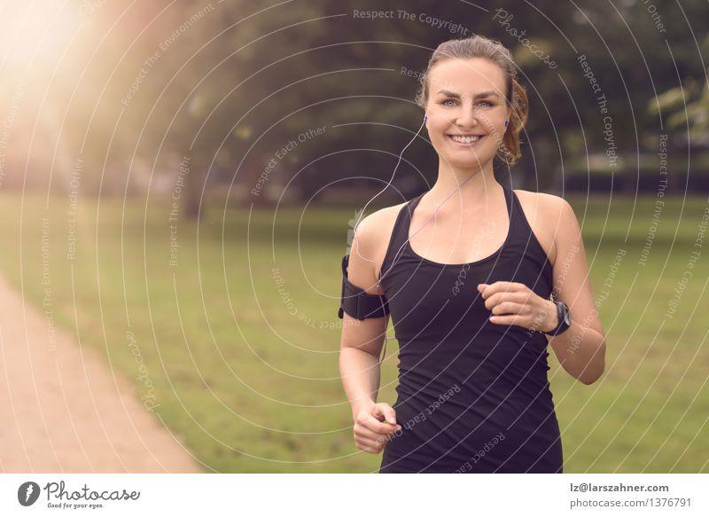 Hübsche Frau, die am Park mit Kopfhörern rüttelt Farbe Sommer Landschaft Blatt Erwachsene Straße Herbst Bewegung Sport Glück Lifestyle frisch Aktion Musik