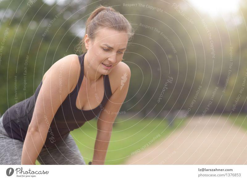Frau, die nach ihrer Übung im Freien stillsteht Mädchen Gesicht Erwachsene Wege & Pfade Sport Lifestyle Freundschaft Park Aktion Textfreiraum blond Lächeln