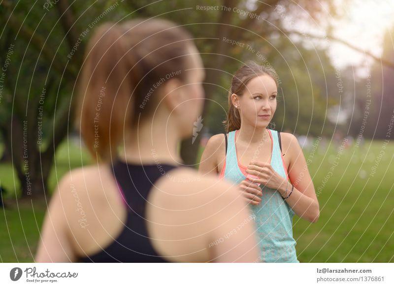 Sportliche Frauen trinken Wasser nach einer Übung grün Sommer Erwachsene Menschengruppe Zusammensein Park stehen Kunststoff rein sportlich Erfrischung Flasche