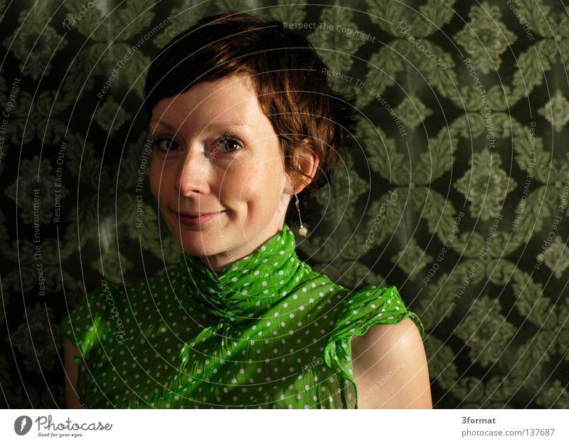 bewerbungsfoto Frau Porträt fixieren Blick durchdringend Grimasse geschnitten süß schön verkrampft gestellt Spielen Haare & Frisuren Kurzhaarschnitt Bluse Punkt