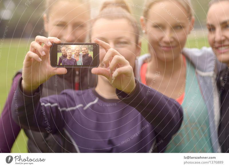 Glückliche Frauen, die Selfie nach Übung im Freien nehmen grün Sommer Erwachsene Gras Sport Menschengruppe Freundschaft Park Freizeit & Hobby