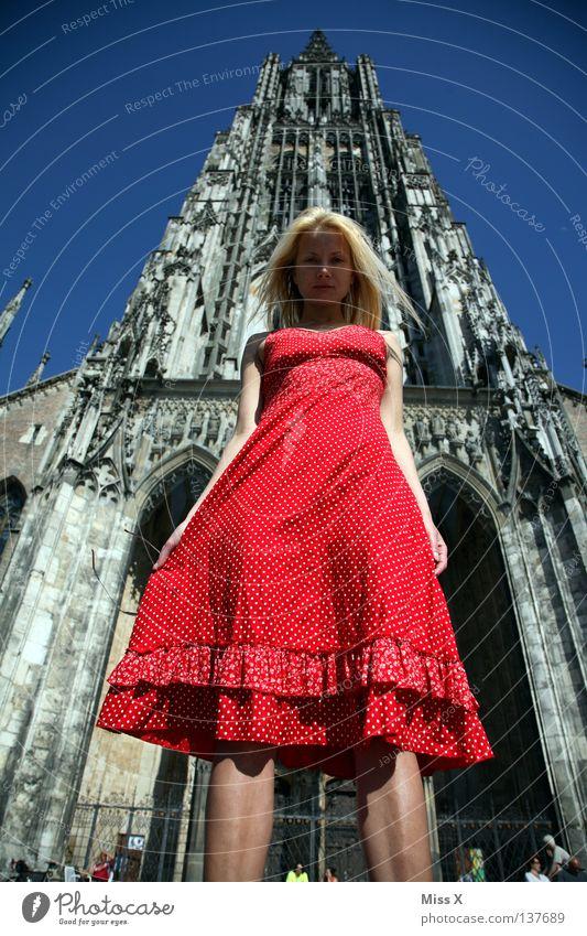 Big Ces Haare & Frisuren Gesicht Frau Erwachsene Dom Bauwerk Kleid blond groß hoch rot Macht Religion & Glaube Ulm unterwegs Gotik rotes Kleid Ich Francesca