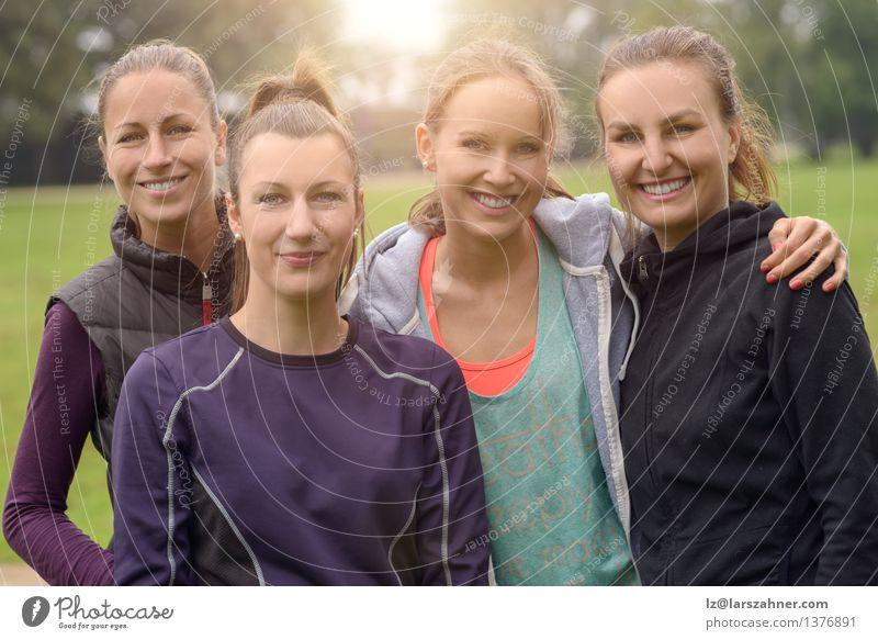 Vier gesunde Frauen nach Sport im Freien Glück Gesicht Erfolg Erwachsene Freundschaft Park Wege & Pfade Fitness Lächeln sportlich dünn 20s Aktion vor der Kamera