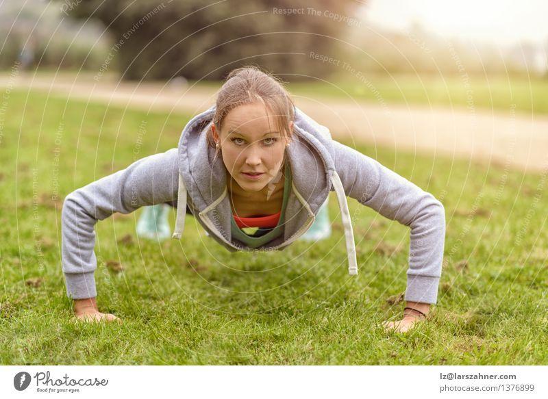 Frau Natur Gesicht Erwachsene Gras Glück Lifestyle Park Körper Fitness nah dünn Muskulatur ernst üben
