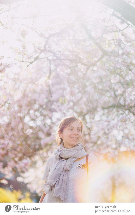 Frühlingslicht Mensch Jugendliche Junge Frau Erholung Gesunde Ernährung ruhig Leben Blüte Frühling Gesundheit Lifestyle Freiheit rosa Zufriedenheit Freizeit & Hobby Idylle
