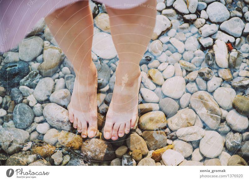 Sommer Mensch Ferien & Urlaub & Reisen Sonne Erholung ruhig Ferne Strand Leben feminin Spielen Lifestyle Freiheit Schwimmen & Baden Stein Fuß