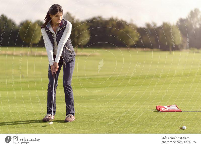 Golfspieler, der für das Loch setzt Frau grün Sommer Erholung Erwachsene Sport Spielen Lifestyle Freizeit & Hobby Aktion Textfreiraum dünn Fahne Konzentration