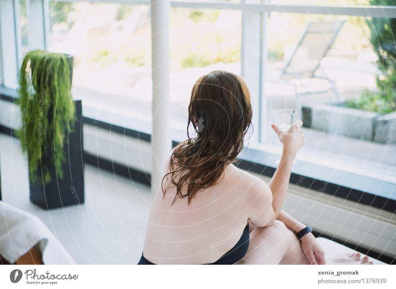 Entspannung Mensch Jugendliche schön Junge Frau Erholung ruhig Leben feminin Stil Gesundheit Lifestyle Freiheit Schwimmen & Baden Zufriedenheit Freizeit & Hobby elegant