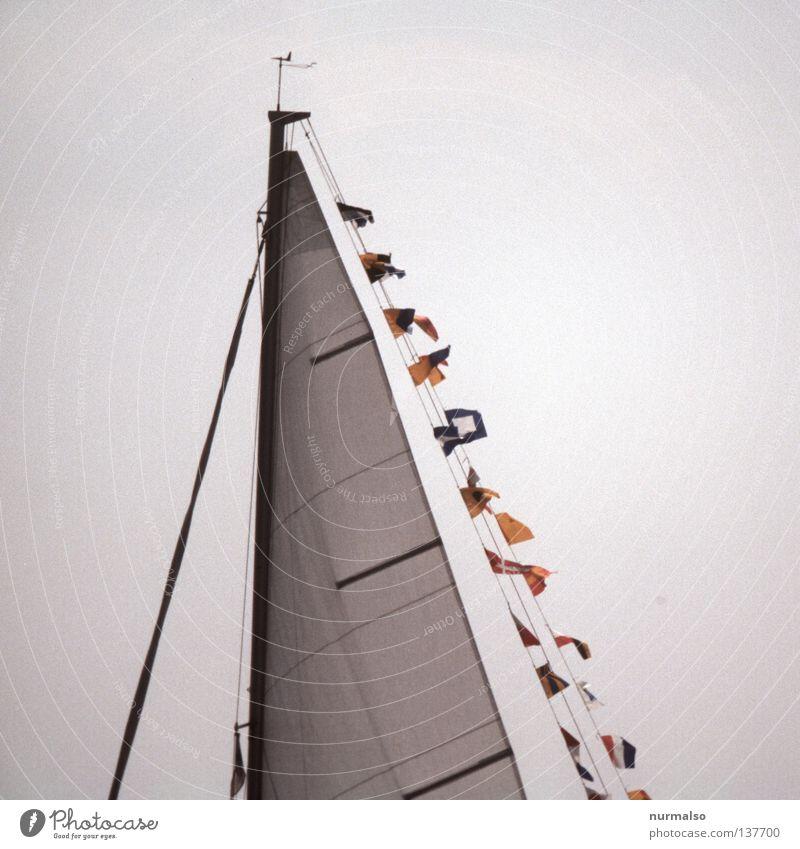 Im Wind flattern Wasserfahrzeug Fahne groß Fischerboot international Regatta Symbole & Metaphern mehrfarbig Jolle Sportboot Segeln Sauberkeit gleiten fahren