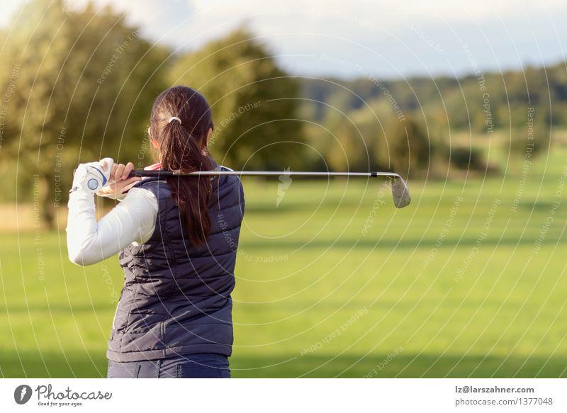 Weiblicher Golfspieler, der Golfball schlägt Frau Erholung Landschaft Erwachsene Sport Spielen Lifestyle Freizeit & Hobby modern Aktion Textfreiraum stehen Club