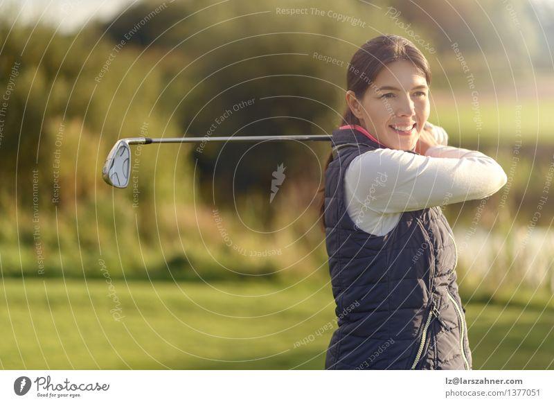 Freundliches Golfen der jungen Frau Smilling grün Sommer Erholung Erwachsene Herbst Sport Spielen Glück Lifestyle Aktion Textfreiraum Lächeln Freundlichkeit
