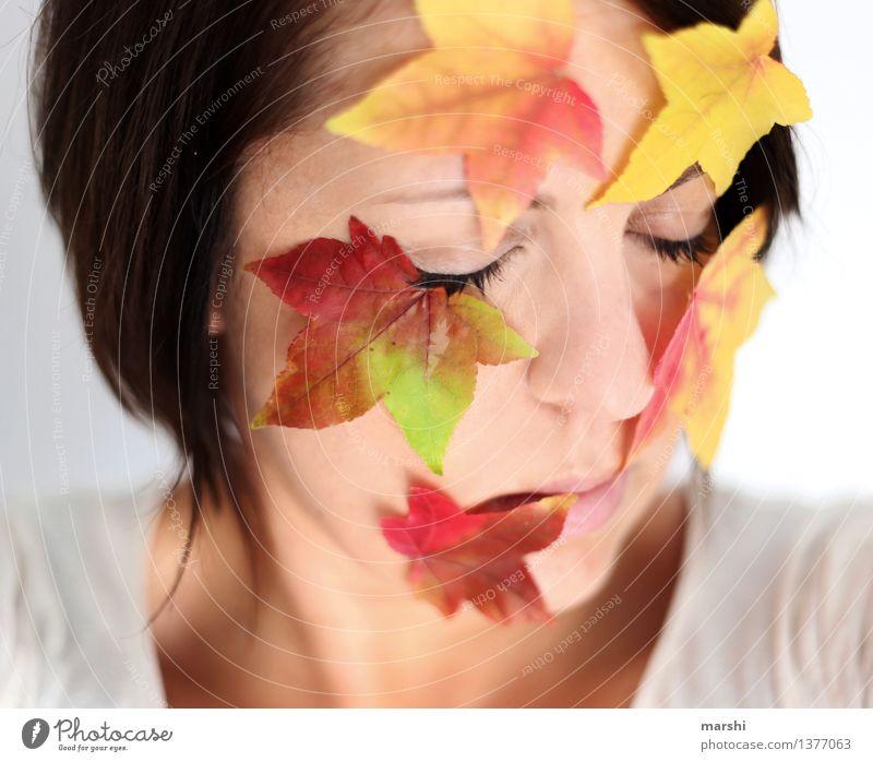 Herbst-Liebe Mensch Frau Natur Jugendliche Pflanze Junge Frau Blatt Erwachsene Gefühle feminin Kopf Stimmung Jahreszeiten Herbstlaub herbstlich