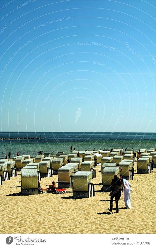 Hochzeit am Meer Braut Brautkleid Bräutigam Strand Küste Strandkorb Ferien & Urlaub & Reisen Ferne Sommer Paar ganz in weiss ganz in schwarz hochzeitsfeier Sand