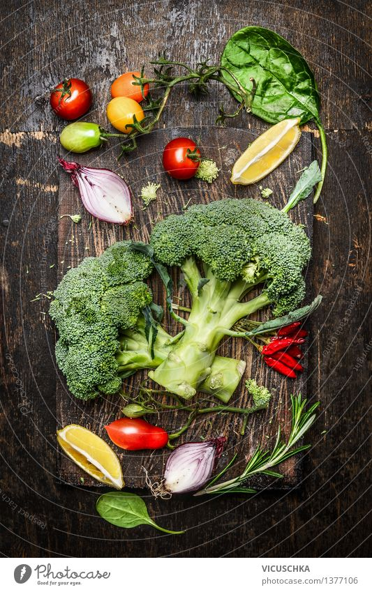 Frischer Brokkoli und Gemüse Zutaten fürs Kochen Lebensmittel Salat Salatbeilage Kräuter & Gewürze Ernährung Bioprodukte Vegetarische Ernährung Diät