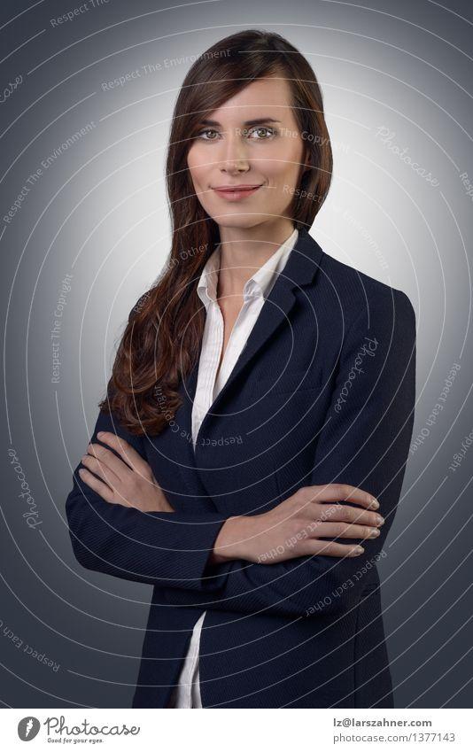 Mensch Frau Gesicht Erwachsene Stil grau Denken Business Arbeit & Erwerbstätigkeit modern Textfreiraum Erfolg stehen Lächeln Freundlichkeit Jacke