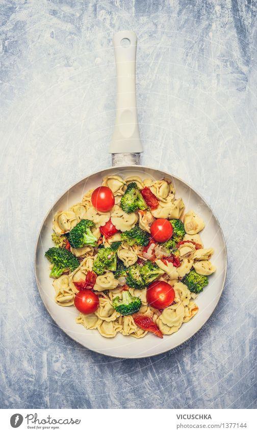 Tortellini mit Tomaten und Gemüse -Sauce weiß Gesunde Ernährung Leben Speise Stil grau Lebensmittel Design Tisch Küche Bioprodukte Restaurant Backwaren