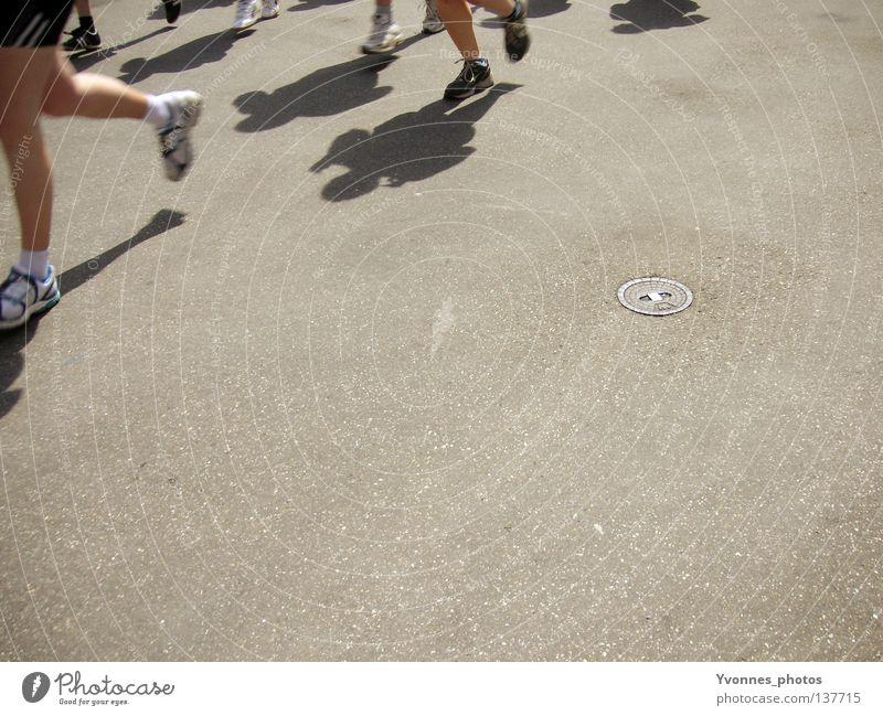 Weiter gehts! Mensch Ferne Straße Sport Bewegung Menschengruppe Schuhe Beine Gesundheit laufen Erfolg Beginn rennen Geschwindigkeit Perspektive