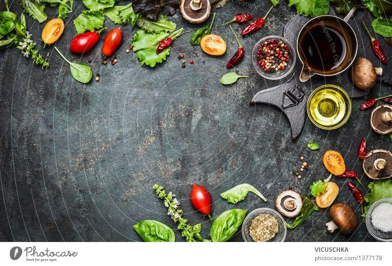 Frische köstliche Zutaten für gesundes Kochen Lebensmittel Gemüse Salat Salatbeilage Kräuter & Gewürze Öl Ernährung Mittagessen Abendessen Büffet Brunch