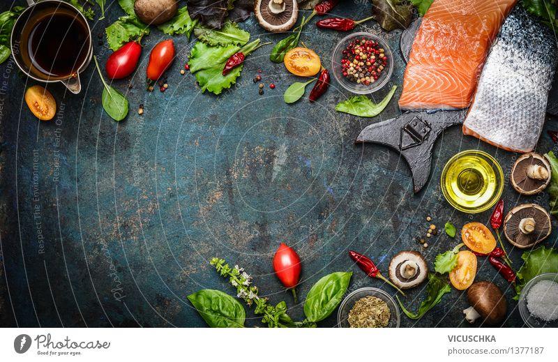 Lachs Filet mit frischen Zutaten für schmackhafte Küche Lebensmittel Fisch Gemüse Salat Salatbeilage Kräuter & Gewürze Öl Ernährung Mittagessen Abendessen