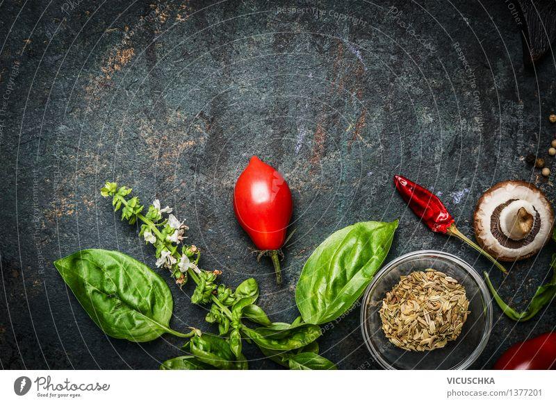 Basilikum und Tomaten auf rustikalem Hintergrund Lebensmittel Gemüse Kräuter & Gewürze Ernährung Bioprodukte Vegetarische Ernährung Diät Stil Gesunde Ernährung
