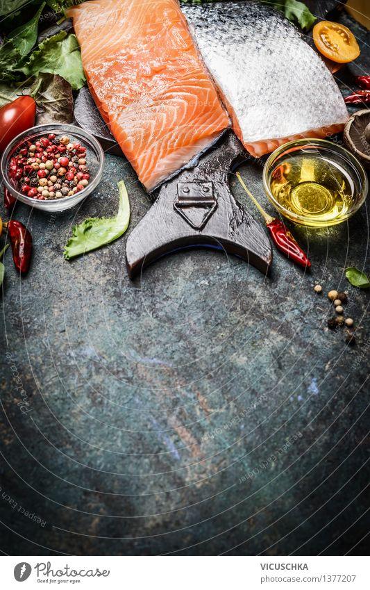 Lachsfilet mit Öl und Gewürze für schmackhafte Küche Lebensmittel Fisch Gemüse Salat Salatbeilage Kräuter & Gewürze Ernährung Mittagessen Abendessen Büffet