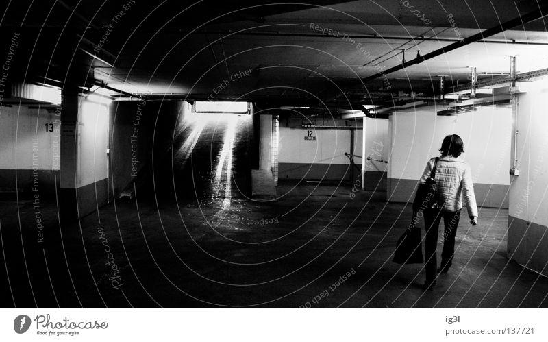 Untergrundbewegung Mensch Frau Einsamkeit dunkel PKW Angst mehrere gefährlich bedrohlich Mut Dame Wachsamkeit Tunnel Decke mystisch Lust
