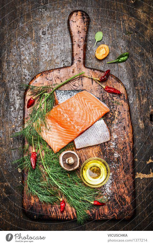 Köstliche Lachsfilet mit Dill , Öl und Zutaten fürs Kochen Lebensmittel Fisch Gemüse Kräuter & Gewürze Ernährung Mittagessen Abendessen Festessen Bioprodukte
