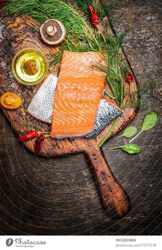 Lachsfilet auf alten Schneidebrett mit Öl, Kräuter und Gewürze Lebensmittel Fisch Kräuter & Gewürze Ernährung Mittagessen Abendessen Festessen Bioprodukte