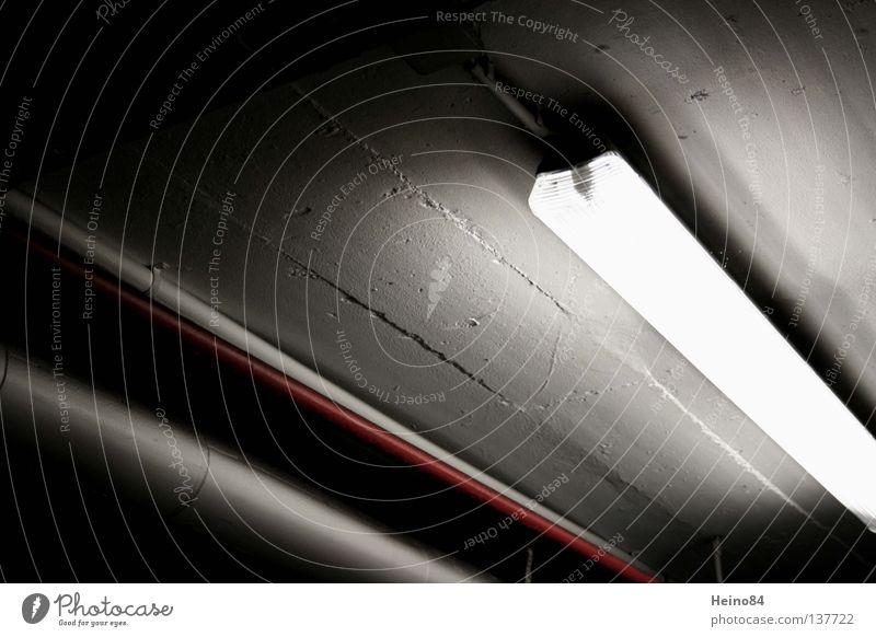 Dunkelhell Lampe dunkel Röhren Eisenrohr Tiefgarage Leuchtstoffröhre