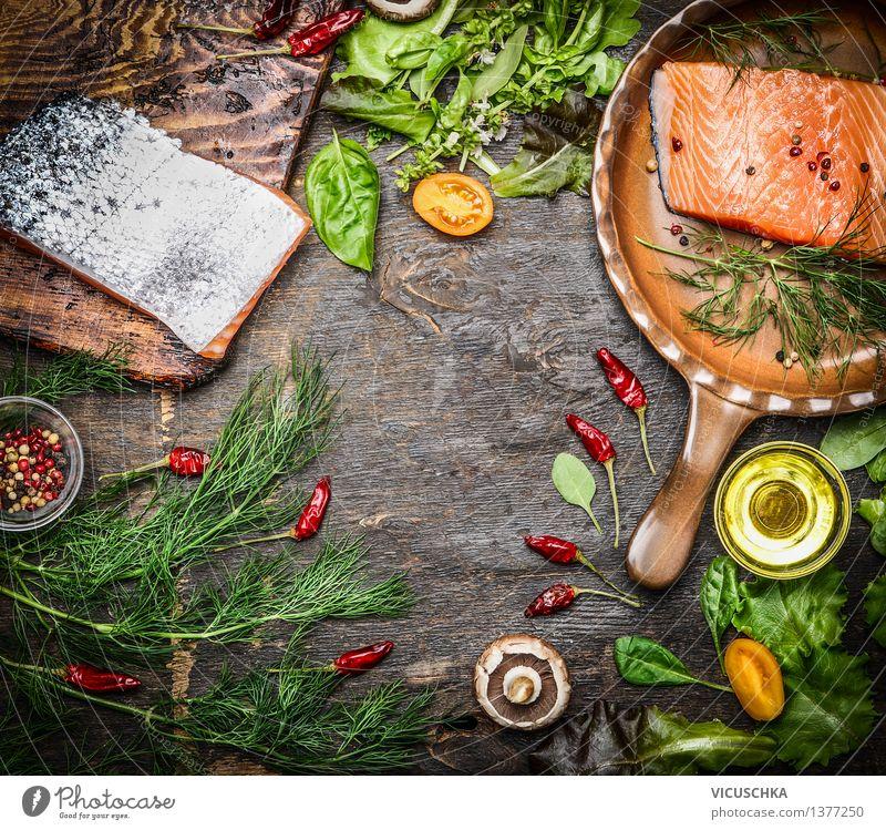 Frisches Lachsfilet mit Zutaten für schmackhafte Küche Lebensmittel Fisch Gemüse Kräuter & Gewürze Öl Ernährung Mittagessen Abendessen Festessen Bioprodukte