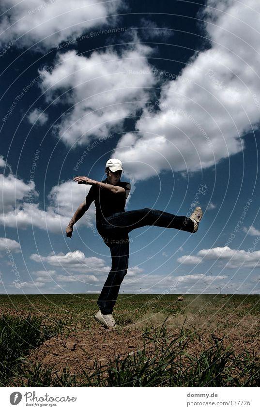 s**t Mann Kerl Feld Sommer Wolken schön Physik heiß Hose fluchen schießen treten Anspannung Hand Schuhe Kick Spielen Aggression toben hell Wetter Wärme T-Shirt