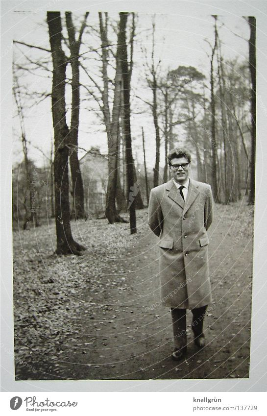 So war das damals... Mann Baum Freude Winter Wald kalt lachen Mode Spaziergang Fußweg Mantel Nostalgie Aussehen früher Sechziger Jahre Waldspaziergang