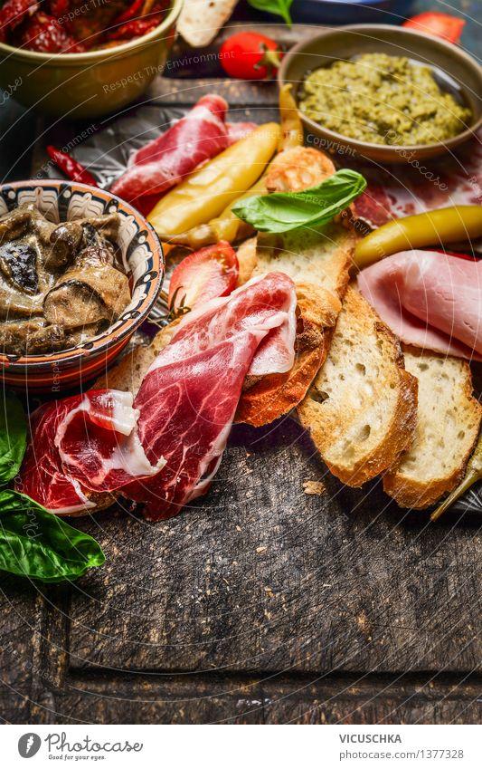 Italienische Spezialitäten für Antipasti Lebensmittel Fleisch Wurstwaren Gemüse Salat Salatbeilage Brot Kräuter & Gewürze Öl Ernährung Mittagessen Büffet Brunch
