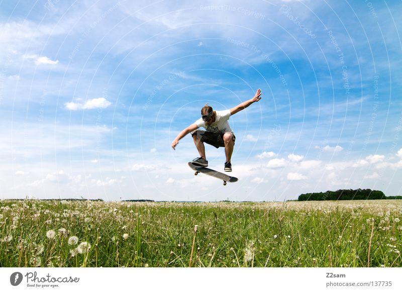 skaten mal anders II springen Sprungkraft Schwerkraft Zufriedenheit Skateboarding Sport Sportgerät Jugendkultur Aktion Gras grün hell-blau maskulin Himmel