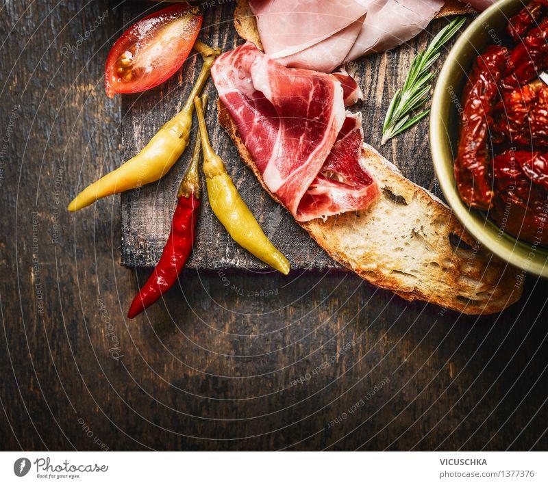 Bruschetta mit italienischen Schinken und Antipasti dunkel Essen Foodfotografie Stil Lebensmittel Party Design Tisch Kräuter & Gewürze Gemüse Restaurant