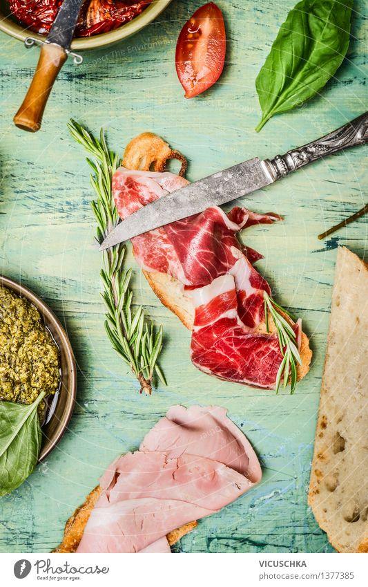Italienisches Sandwich mit Schinken , Wurst und Pesto Essen Foodfotografie Stil Lebensmittel Design Ernährung Tisch Kräuter & Gewürze Fleisch Picknick