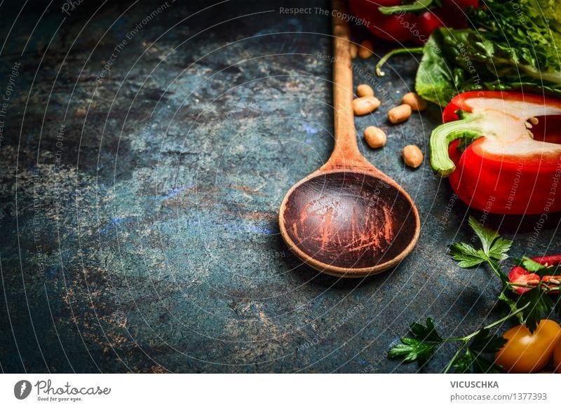 Alter Löffel und frisches Gemüse für Vegan Kochen. Lebensmittel Salat Salatbeilage Ernährung Mittagessen Abendessen Festessen Bioprodukte Vegetarische Ernährung