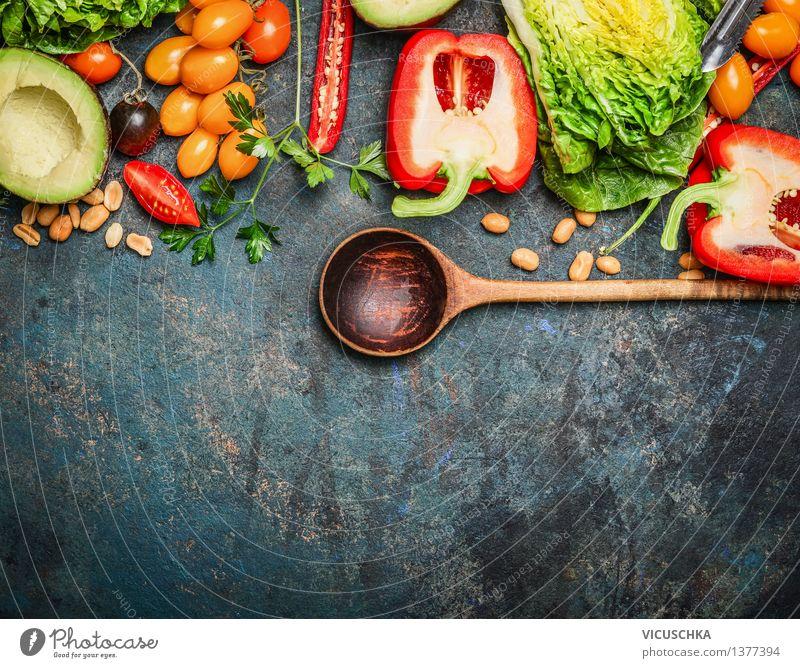 Bunte Bio-Gemüse mit Kochlöffel Lebensmittel Salat Salatbeilage Kräuter & Gewürze Ernährung Mittagessen Abendessen Bioprodukte Vegetarische Ernährung Diät